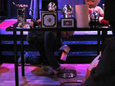 Jakob Ståhle kryper under bordet och lägger till ännu fler prylar, som om vi inte hade nog.