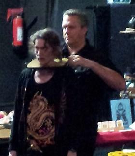 Halsbrytande: Leif demonstrerar ett trick och inte använder ett rep för en gång skull.