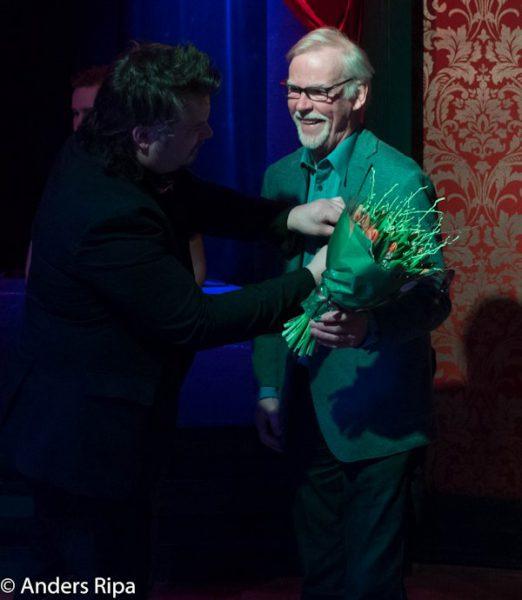 Conny får en fin medalj av Martin
