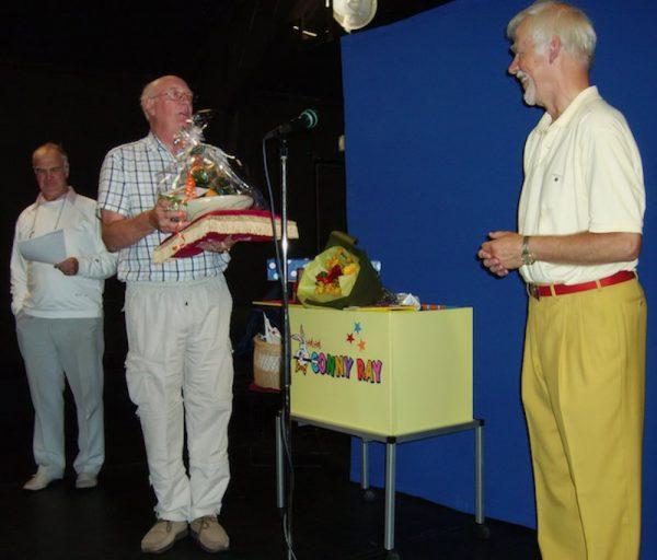 Trollando och Mr Magic Suné med blommor och plakett. Foto Dusenberg