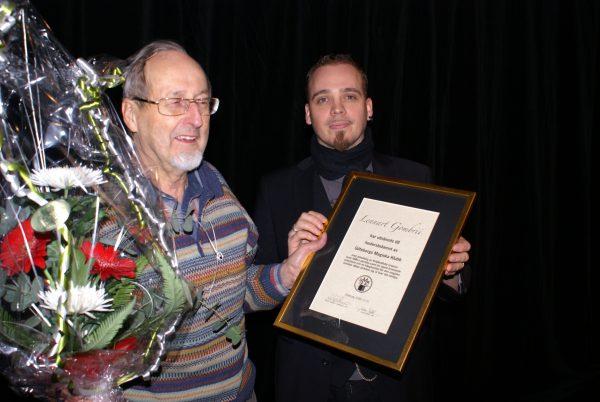 Först utsåg Ordförande Gaston Lennart Gombrii till hedersledamot i GMK till publiken ovationer.