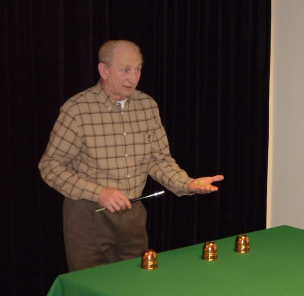 Max Milton visar det klassiska bägarspelet