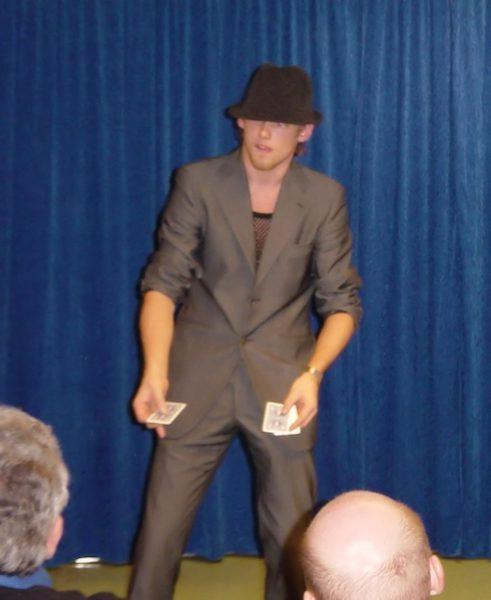 Peter Brynolf trollar med kort och cool hatt
