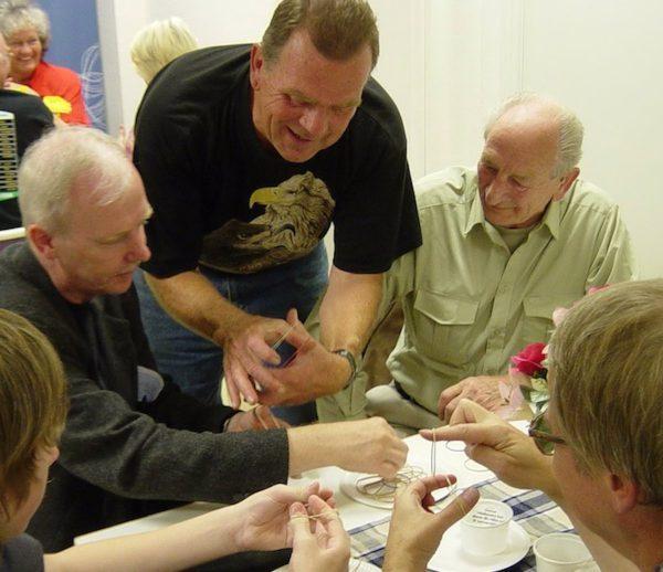 Temat denna kväll var gummiband och Janne Stenberg visar sina fingerfärdigheter.