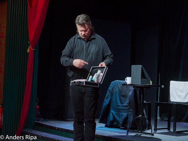 Martin Rosvall visar sminkväskan