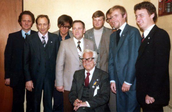 Kongresskommittén 1977: Gert Malmros, Max Milton, Lennart Green, Dusenberg, Hasse Hansson, Toledo, Conny Ray och Bosse Jonsson. Dai Vernon sitter framför.