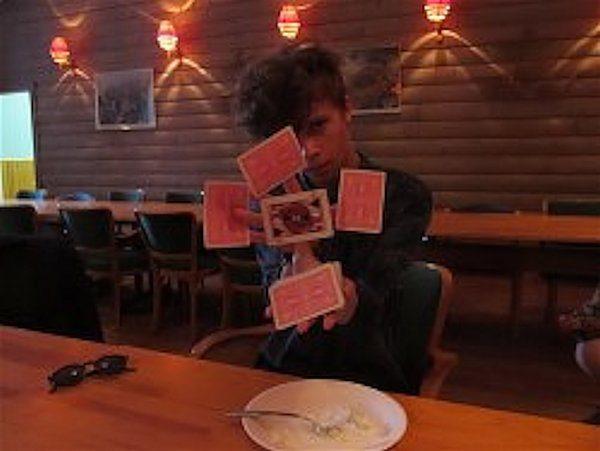 Noel Heath, presentation av ett kort. Det svåra är att inte tappa korten i potatissalladen
