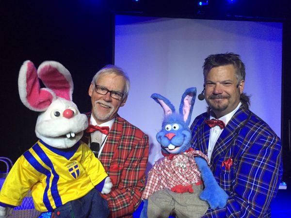 Conny Ray och Ason Bson Cson med sina kaniner