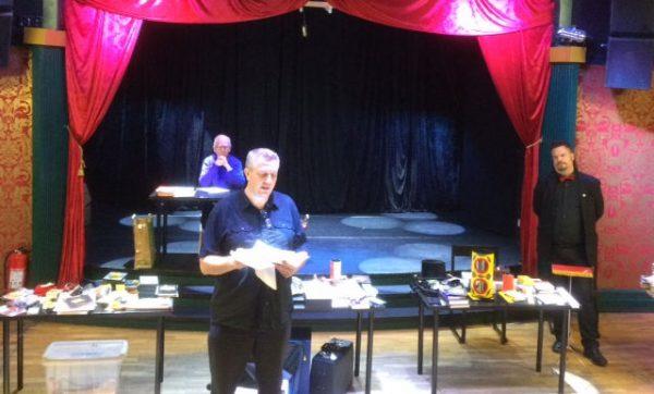 Leif informerar om magihändelser för GMKs medlemmar. Christer och Martin är redo att börja auktionen.