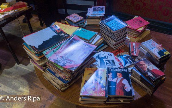 En mängd böcker, häften och video till fyndpris.