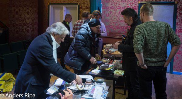 GMKs medlemmar fyller upp borden med högar av magi.