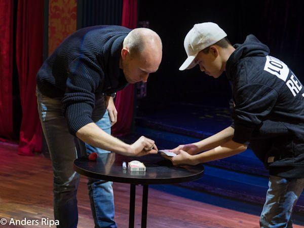 Benjamin förtrollar Fredrik (till vänster)
