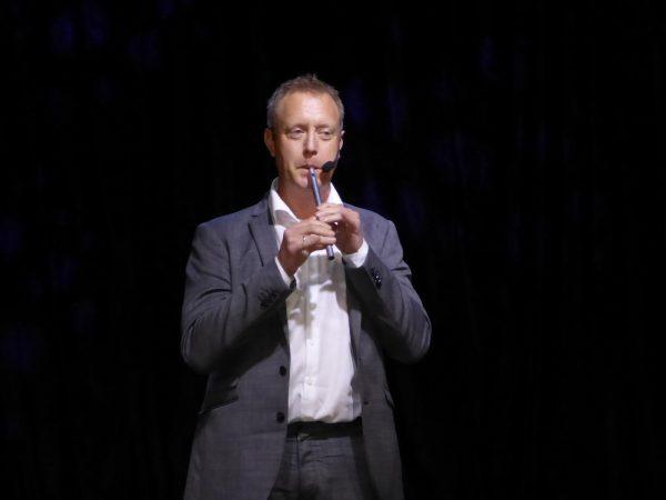 Haakon Esplo är suverän på att spela irlänsk flöjtmusik