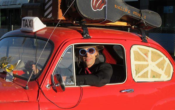 Carl-Einar testar Marios taxibil