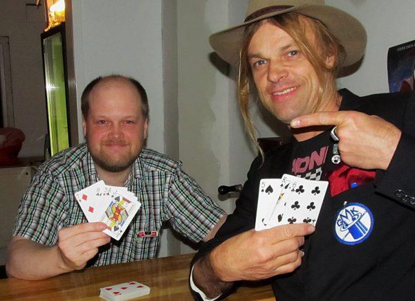 Matz och Carl-Einar övar moves i baren