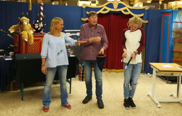 Gay visar publikkontakt med hjälp av Helena och Oliver