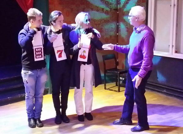 Christer spelar enarmad bandit med Mattias, Isidor och Helena