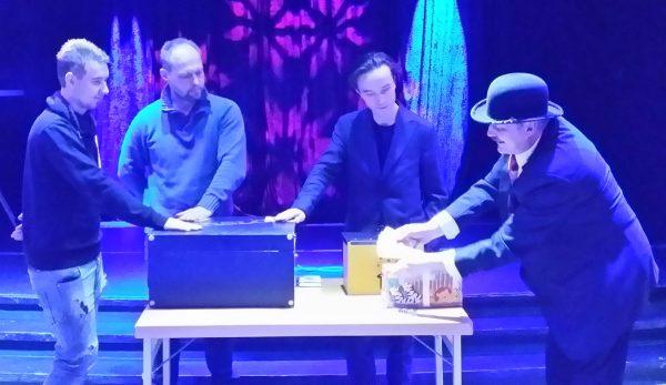 Christabuu tar hjälp av Mattias, Alexander och Isidor.