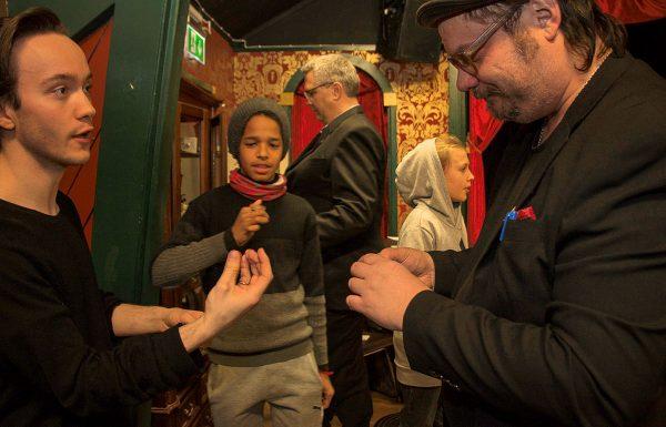Isidor, Daniel och Martin trollar med mynt