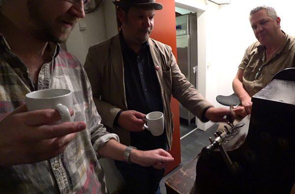 Torbjörn, Martin och Leif listar ut hur den magiska kassaapparaten fungerar.