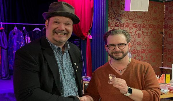 Martin hälsar Håkan välkommen i klubben och får därmed vår magiska pin