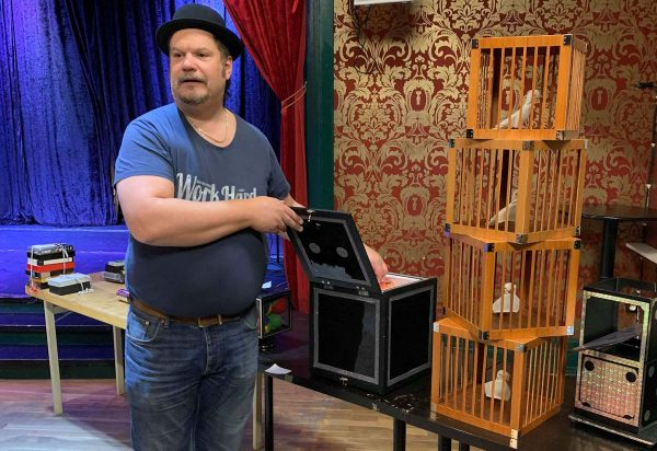 Martin håller låda som vanligt.