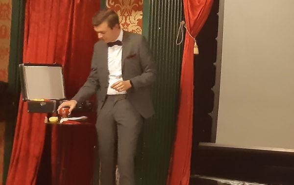 Douglas visar sin show-väska med en citron i